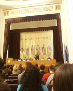 In picioare, decanul facultatii de drept, in stanga sa, Mihai Ghimpu